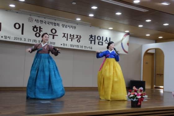 축하공연 중인 국악앙상블 나나니