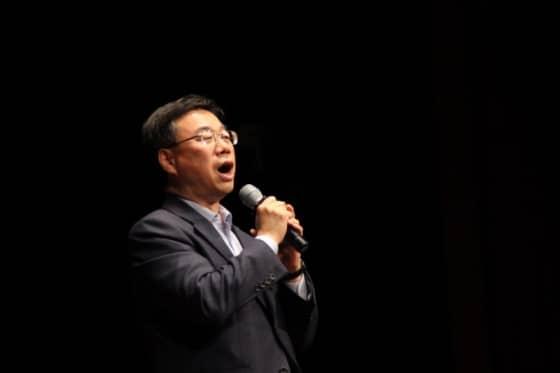 축사와 노래를 하고 있는 신상진 국회의원