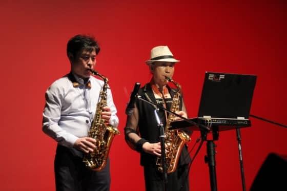 최신범과 김영자의 색소폰 연주 모습