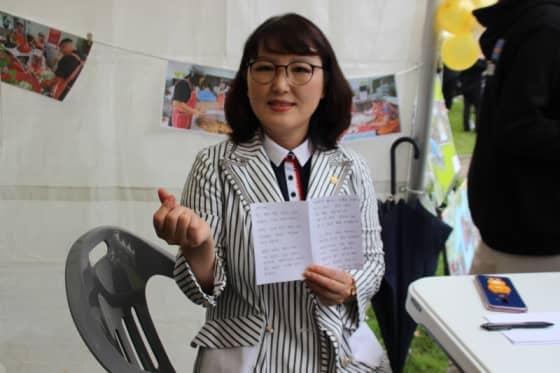 독거어르신에게 손편지를 쓰고 난 박은미 성남시의원